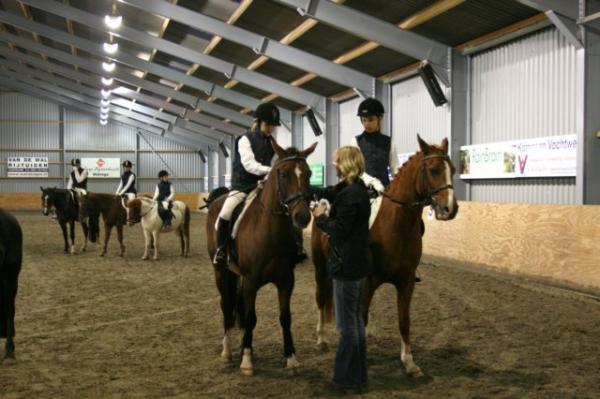 Un éclairage électrique de qualité permet de pratiquer l'équitation dans de bonnes conditions.
