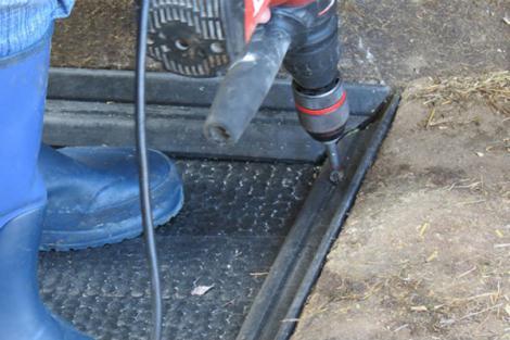 Fixation des bandes de protection avec des vis Spax.